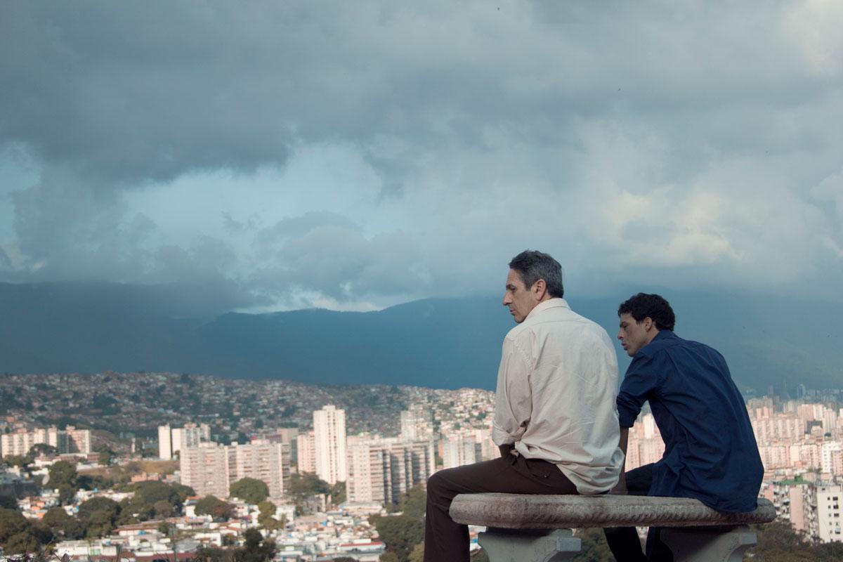 Detrás de cámara. Los actores Alfredo Castro y Luis Alejandro Silva. Foto cortesía: Lorenzo Vigas.