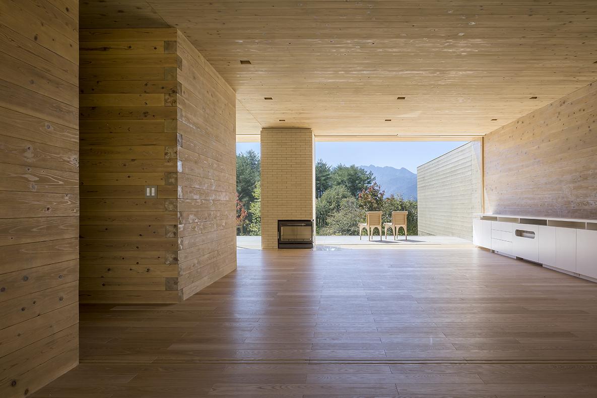 Salas de la Solid Cedar House. Foto: shigerubanarchitects.com