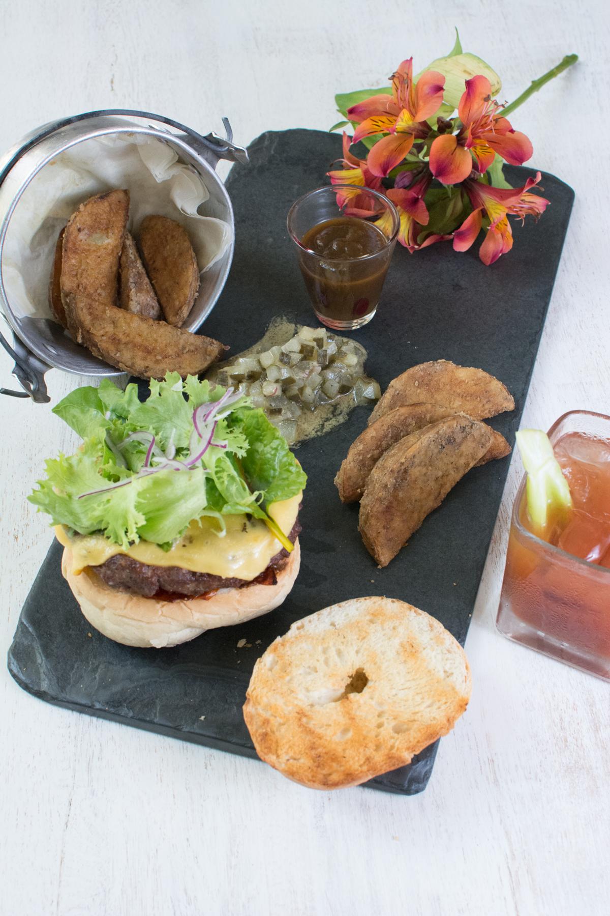 Hamburguesa de lomito. Foto: cortesía Restaurante Juana La Loca.